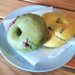 MOUNTAIN BAKEの「抹茶とお餅とあんこのベーグル」「パンプキンのベーグル」